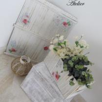 Decoração feita de caixa de papelão, rolinhos de jornal e decoupagem romântica