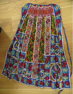 Kalotaszegi magyar kötény Photo : Linda Teslik  - Erdély Traditional Fashion, Traditional Dresses, 70s Fashion, Vintage Fashion, Bohemian Blouses, Folk Clothing, Folk Dance, Folk Costume, Apron