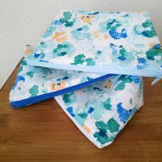 帆布のようなしっかりした生地でシンプルにタグを付けて作りました(*^^*)なめらかな肌触りの厚手の布(綿100%)ですので接着芯と裏地も使ってない簡単な作りのポーチです☆使っていてほつれのないようにロックミシンを全体にかけて製作しています。チャックの部分の色を下から選んでご連絡下さい。①ブラック②オレンジ③レッド④ブルー⑤イエロー         (全5色)大きさはおおよそ縦15㎝×横19㎝です。※タグは選べませんのでご理解下さい。✳左利きの方、右利きの方、開けやすいようにチャックの方向をお選び頂けます。通常は右利き(表タグを前にして)左開けで製作しますので反対が良い方はご連絡下さい。注文がない場合は通常でお作り致します。※※一つ一つ丁寧にお作りしていますが素人の趣味の範囲ですので多少の縫い目のズレや誤差がある場合があります。ハンドメイド品とご理解の上購入お願いします。複数ご注文の際は通常、定形郵便を予定しておりますがレターパックライト等に変更になる場合がありますのでご相談下さい。