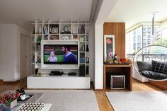 Estante branca com tv