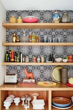 kitchen-timber-open-shelving-wallpaper
