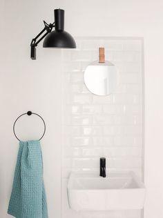 Handdoekring en zwarte wandlamp in de badkamer - bekijk en koop de producten van dit beeld op shopinstijl.nl