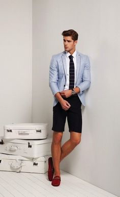 Dress in a light blue blazer and black shorts to achieve a dressy but not too dressy look. Red suede driving shoes will add some edge to an otherwise classic look. Preppy Men, Preppy Style, Stylish Men, Men Casual, Look Fashion, Mens Fashion, Fashion Ideas, Preppy Fashion, Light Blue Blazers