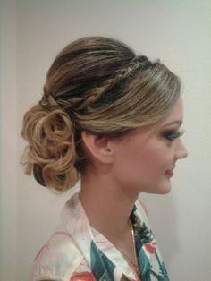 beleza: Penteado vintage para madrinha de casamento com detalhe em trança.