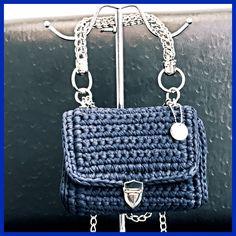 Crochet Bag Fettuccia alcantara blu Catena e minuterie in argento Manico in maglie di catena Fodera in tessuto fantasia cucita a mano
