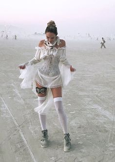 Candice Swanepoel all white sept 2017 burning man festival Burning Man Girls, Burning Man Art, Burning Man Fashion, Burning Man Outfits, Festival Looks, Festival Style, Festival Gear, Music Festival Outfits, Festival Fashion