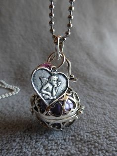 Bola de grossesse avec motif de coeur, avec un sequin rond et une médaille ange, en collier ou sautoir : Maman par bola-de-grossesse