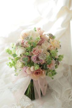 クラッチブーケ 八芳園様へ ベージュのバラとグリーンで 彩(あや)といおりとフェアビアンカ : 一会 ウエディングの花