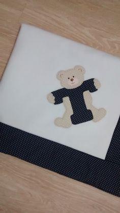 Manta em soft forrada com tecido 100% algodão. Temos todas as letras do alfabeto para personalisar conforme o nome do seu pequeno.