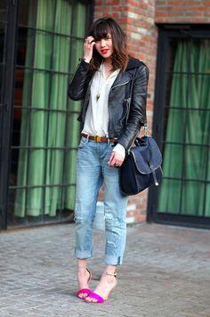 calça jeans boyfriend, jaqueta de couro e sandália/sapato colorido