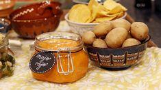 Potatisen kokas med grovsalt och serveras med en härligt krämig röra på paprika, ost och chili.