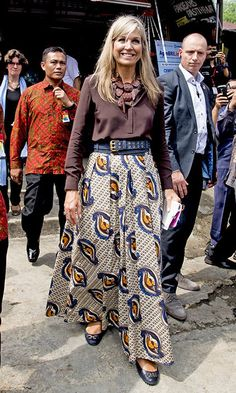 braved the Indonesian heat in a brown top and floaty printed maxi skirt. Bogor, Royal Fashion, Boho Fashion, Style Royal, Queen Rania, Royal Queen, Queen Dress, My Fair Lady, Printed Maxi Skirts