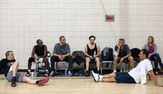 Actors Don Cheadle, Tobey Macguire and George Clooney resting after playing a game of basketball with President Barack Obama in Photograph by Pete Souza, the official White House photographer. George Clooney, Michelle Und Barack Obama, Obama Photos, Obama Images, Long Time Friends, Sports Photos, Hollywood Actor, Beautiful Family, Burn Calories