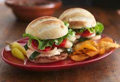 Frisch gebackene Brötchen gefüllt mit Hühnchen und Poblano-Chili ergeben ein feuriges Sandwich.