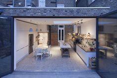 Fachada para o jardim com janela aberta : Modern kitchen by FORA