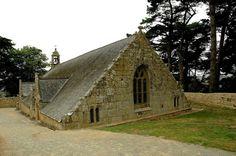 La chapelle Notre-Dame de Port-Blanc (à moitié enterrée) en Penvénan,Bretagne. Brittany France, Cathedral Church, Chapelle, Place Of Worship, Romanesque, Art And Architecture, The Good Place, Places To Go, Dame