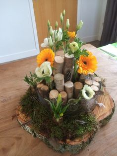 Cute picture DIY tinkering with children in spring. Great idea to tinker as a decoration. Craft ideas with children for deco Easter Art, Easter Crafts For Kids, Paper Flowers Craft, Flower Crafts, Diy Easter Decorations, Table Decorations, Diy Osterschmuck, Large Flower Arrangements, Deco Floral