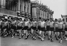 Колонны физкультурников на площади Урицкого (Дворцовая пл.). Ленинград, 1933.