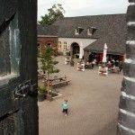 De Brabantse Kluis.  U ziet hier vanuit uw lekkere terrasstoel de koeien en kalfjes en kunt een kijkje nemen in de stallen.