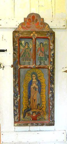 A janela pintada que virou uma espécie de oratório ou relicário.