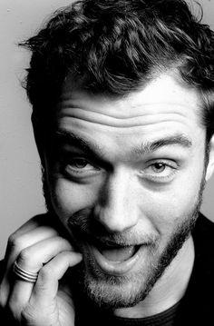Jude Law Non è tanto Jud Law che amo quanto il suo modo di ridere. Ma si può separare un uomo dalla sua risata? Per cui mi prendo tutto il pacchetto ;)