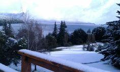 La majestuosidad del Nahuel Huapi y el contrapunto con el parque nevado del Hotel Tunquelén. Octubre 2015. Bariloche. Argentina