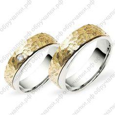 Обручальные кольца из золота на заказ с граненой поверхностью с бриллиантом