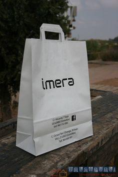 Bolsas de papel impresas con fuelles en los laterales y en la base.