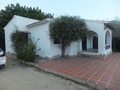 http://www.montesinosestate.com/en/property/V1656 Montesinos Falcon Real Estate offers this villa in Benissa, La Fustera, Costa Blanca. It is a house with a flat plot on one level with good access to the house and only 500 m from the beach and one step to the supermarket.