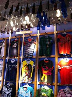 me sorprende la disposicion de las camisetas, la iluminacion y sobre todo las botellas que cuelgan del techo.Alvaro Fernandez