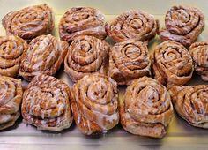 Zima to czas, kiedy możemy pozwolić sobie na mniejsze i większe grzechy kulinarne. W końcu aby się ogrzać, trzeba mieć odpowiednią masę. W jej stworzeniu pomóc nam mogą cynamonowe zawijańce! Muffin, Cookies, Breakfast, Food, Crack Crackers, Morning Coffee, Biscuits, Essen, Muffins