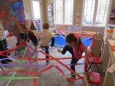 Atividades motoras muito giras e fáceis de pôr em prática!  http://www.teachpreschool.org/2013/12/winter-time-large-motor-play-for-the-preschool-classroom/ Weaving through a rainbow by Teach Preschool