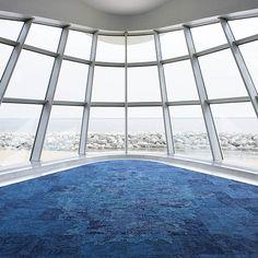 Ben jij ook het liefst op het water? Genieten van de zee, de golven, het strand…? Dat kan nu ook in je eigen woonkamer! Ene David Oakey – een product designer – heeft tapijttegels ontworpen die het gevoel van de zee nabootsen. En wat nog cooler is; het garen is gerecycled en heeft hij ook echt uit de oceanen gevist. Het tapijt is gemaakt van afgedankte visnetten, vandaar de naam 'Net Effect'. Hebbuh!!! Meer lezen: http://www.perspagina.nl/interfaceflor/net-effect/