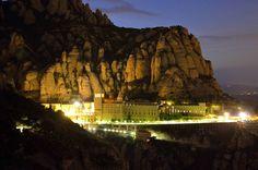 El monasterio de La Mare de Deu de Montserrat, lugar emblemático para los catalanes, por la noche, cuando ya no queda casi nadie, me encanta refugiarme entre sus muros, unos muros que transmiten paz, ayudan a la reflexión, y te acercan a Dios. Sus caminos y senderos son mágicos....para mí es mi mejor psicólogo. #monasteriodemontserrat #montserrat #paz #armonia #hablarcondios #buenasvibraciones #goodvibes #freelife #freelifestyle #gypsysoul
