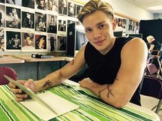 Jace / Dominic Sherwood taking to fans on Twitter #Shadowhunters