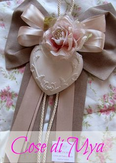FIOCCHI E GESSI PROFUMATI Gift Wrapping Bows, Diy And Crafts, Arts And Crafts, Ribbon Flower Tutorial, Sweet Box, Crafts Beautiful, Victorian Decor, Silk Ribbon Embroidery, Ribbon Crafts