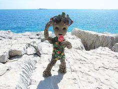 Até baby Groot já foi no Hawai e nos não Thanos Marvel, Marvel Heroes, Marvel Avengers, Marvel Comics, Baby Groot, Disney Drawings, Cute Drawings, Flora Colossus, Deadpool Pikachu