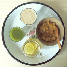 My big breakfast: tea made from lemon, cinnamon, grated ginger and fresh tumeric, applesauce with cinnamon, banana-shake made with my first homemade almond milk and coldpressed green juice