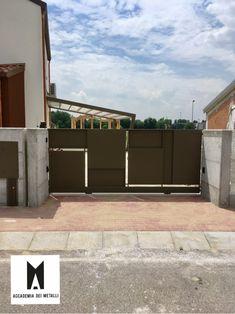Cancello in stile moderno con riempimento a lamiere con for Cancello scorrevole moderno