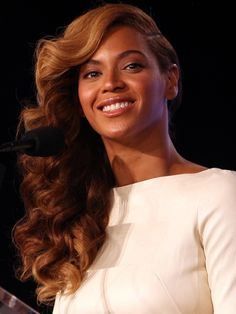 Beyonce Hot Thighs HQ Photos in Short White Dress on Super Bowl press conference in New Orleans Wedding Hair And Makeup, Bridal Hair, Hair Makeup, Messy Bob Hairstyles, Wedding Hairstyles, Beyonce Hairstyles, Love Hair, Gorgeous Hair, Curly Hair Styles