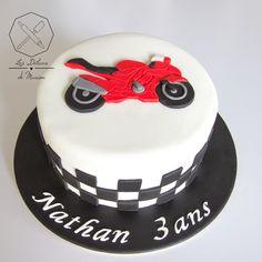 Cake design. Gâteau personnalisé en pâte à sucre sur le thème Moto. Sugar paste Motorbike themed cake by Les Délices de Marion.
