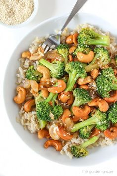 Healthy Dinner Recipes: One of my favorite broccoli recipes! This vegetarian garlic broccoli stir fry recipe is ready in just 10 minutes. Serve this easy vegan recipe over your favorite rice for a quick weeknight dinner. Tasty Vegetarian Recipes, Vegetarian Recipes Dinner, Vegan Dinners, Healthy Recipes, Recipe Tasty, Paleo Food, Potato Recipes, Vegetable Recipes, Easy Veggie Meals
