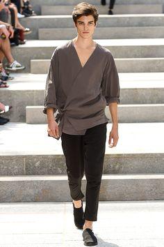 Issey Miyake Spring 2018 Menswear Fashion Show Collection Fashion 2018, Look Fashion, Fashion Brands, Fashion Design, Paris Fashion, Fashion Styles, Fashion Ideas, Vetements Clothing, Mode Kimono