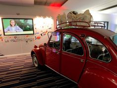 Per i nostalgici delle auto antiche ecco una Citroen 2 CV nel quartier generale di Google a Parigi (Ap)