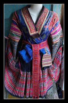 The clothes of Miao! Thai Fashion, Tribal Fashion, Vogue Fashion, Boho Fashion, Costume Ethnique, Hmong People, Folk Costume, Costumes, Chinese Clothing