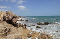Não é possível o acesso de carro à Pedra Furada. Quem gosta de caminhar, pode ir até lá desde Jeri, passando pela Praia Malhada, quando a maré está baixa; em maré alta, a trilha deve ser feita pelo Morro do Serrote