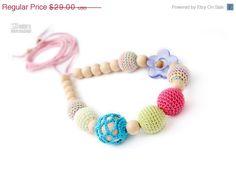 He encontrado este interesante anuncio de Etsy en https://www.etsy.com/es/listing/156471104/on-sale-nursing-teething-necklace