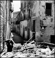 Walking through a battle damaged street in Agrigento, Sicily, July 1943//Robert Capa