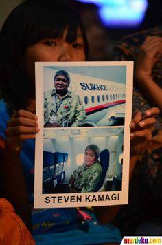 Putri dari Steven Kamagi memegang foto ayahnya yang ikut dalam penerbangan sipil pesawat Sukhoi SuperJet 100 #MDK