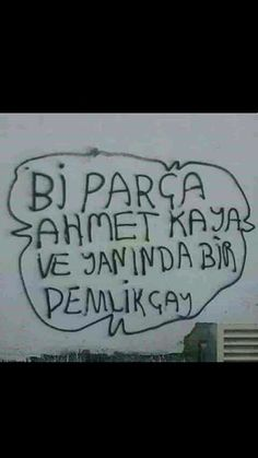Bi parça Ahmet Kaya Ve yanında bir demlik çay